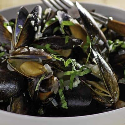 Mussels in white wine sauce.