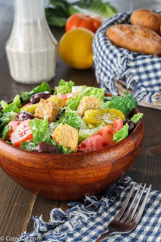 make your own olive garden salad at home with this easy copycat recipe - Garden Salad Recipe
