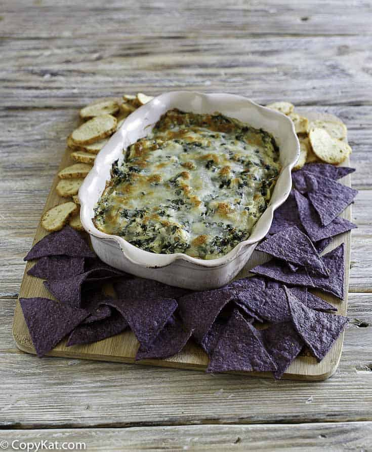 """You are going to love this famous appetizer from the Olive Garden, don't miss out on the Olive Garden Spinach-Artichoke Dip"