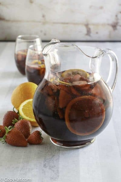 You can recreate the Olive Garden Sangria recipe at home with this easy copycat recipe. #olivegarden #sangra #copycat #copycatrecipe