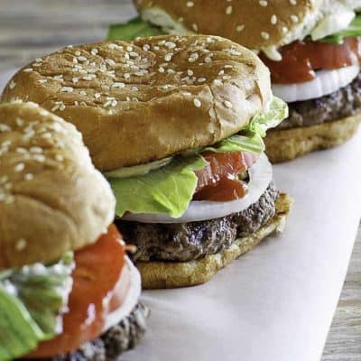 Tres hamburguesas en una mesa