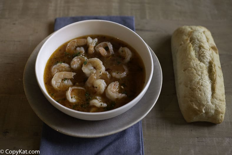 Shrimp cooked in broth, served with bread.