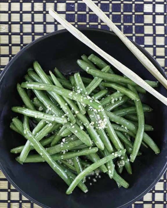 fresh green beans with garlic butter in a bowl