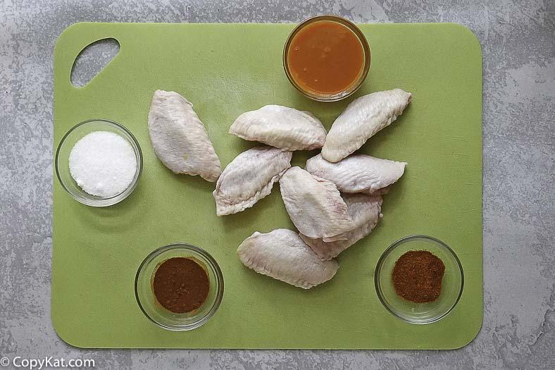 ingredientes para alitas picantes, pollo, salsa picante, ají y más