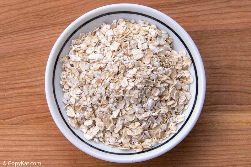 A bowl of uncooked quick cook oats