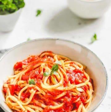 a bowl of spaghetti pasta with spaghetti sauce