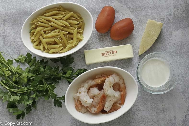 pasta penne, camarones medianos, queso parmesano, tomates y más