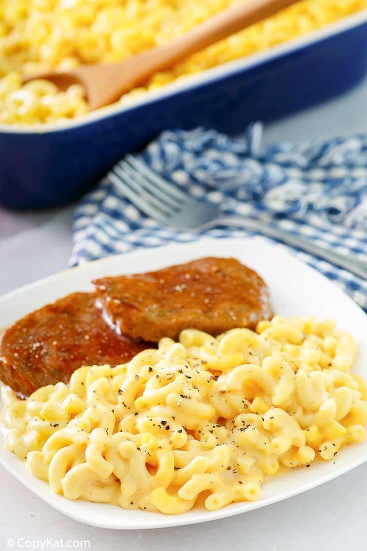 macarrones con queso y pastel de carne en un plato