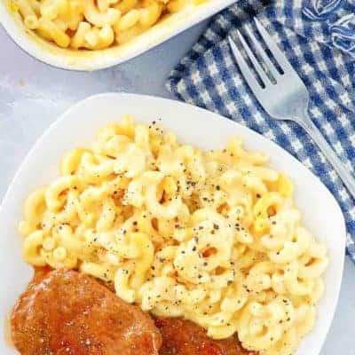 macarrones con queso y pastel de carne en un plato blanco