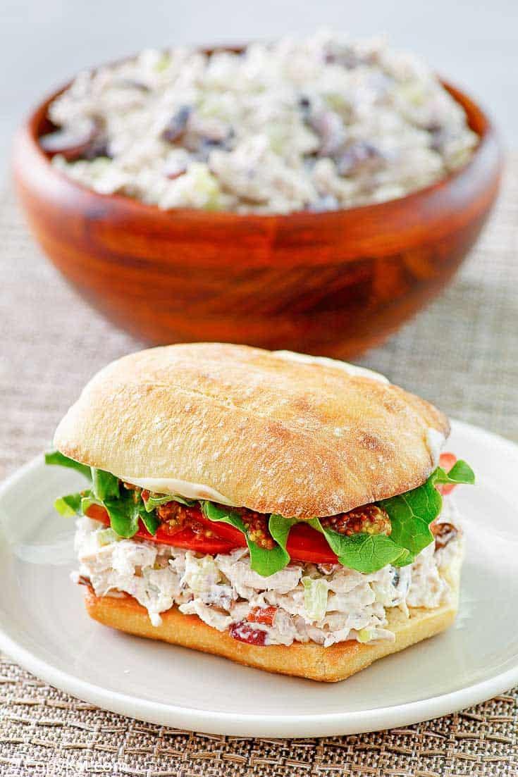 Ensalada casera de pollo Newks en un sándwich y un tazón