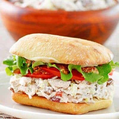 sándwich de ensalada de pollo en un plato