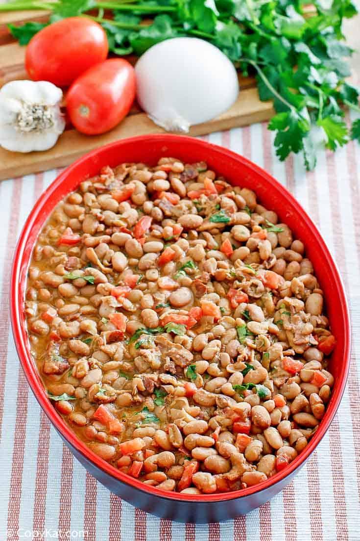 Frijoles a la Charra (frijoles charros) en un plato para servir