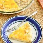 Pastel de cebolla Vidalia en un plato y en un molde para tarta