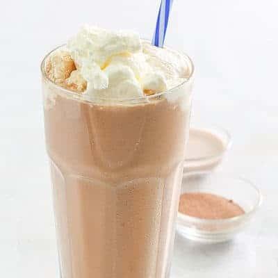 moka helado con crema batida en un vaso alto