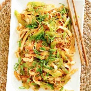 Vista aérea de panda express casero chow mein en un plato