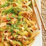 chow mein y palillos en una bandeja