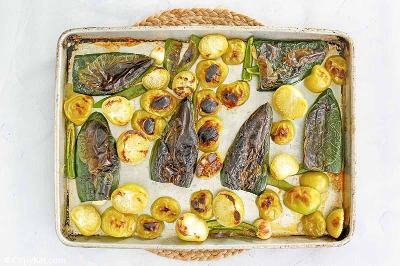 pimientos asados y ajo en una bandeja para hornear