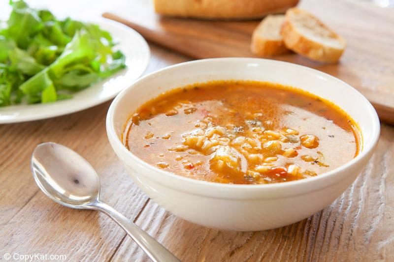 un tazón de sopa de pollo gumbo y un plato de ensalada