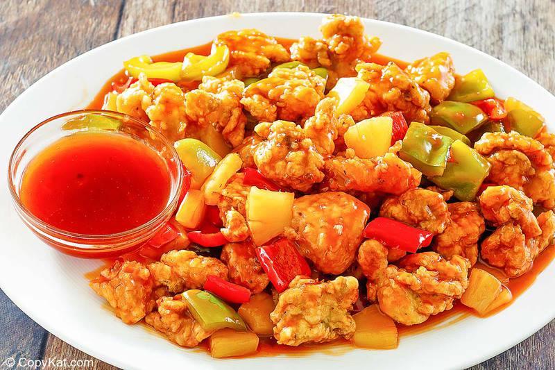 un plato de pollo agridulce con salsa casera