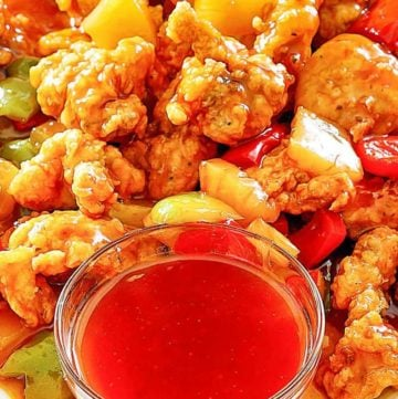 pollo agridulce y un tazón de salsa agridulce casera