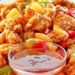 salsa agridulce casera en un plato con pollo agridulce