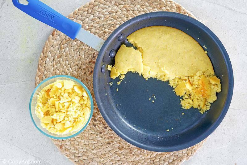 pan de maíz para la cazuela casera de pollo Cracker Barrel