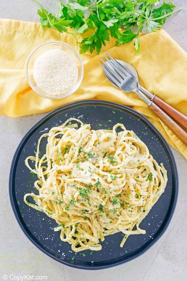 Vista aérea de fideos fettuccine con salsa cremosa Alfredo y queso parmesano