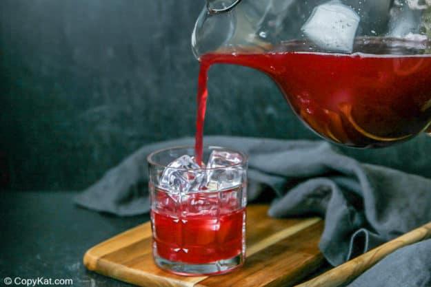 vertiendo tu ponche en un vaso lleno de hielo