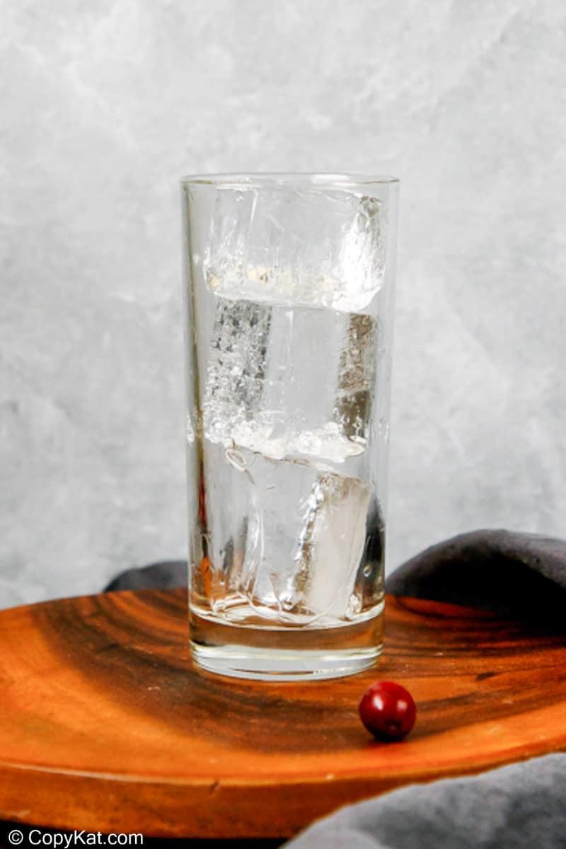 un vaso lleno de cubitos de hielo grandes