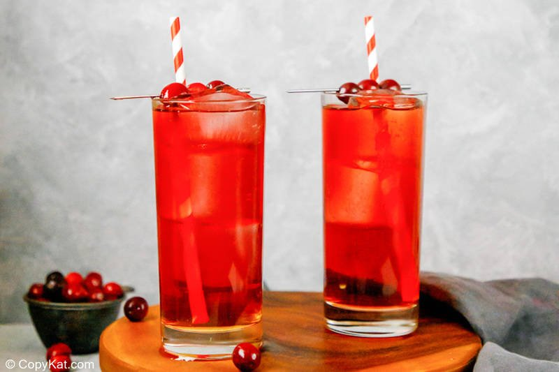 Dos cócteles y cerezas Ruby Tuesday Killer Kool Aid caseros
