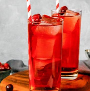 Dos vasos de cóctel casero Ruby Tuesday killer kool aid