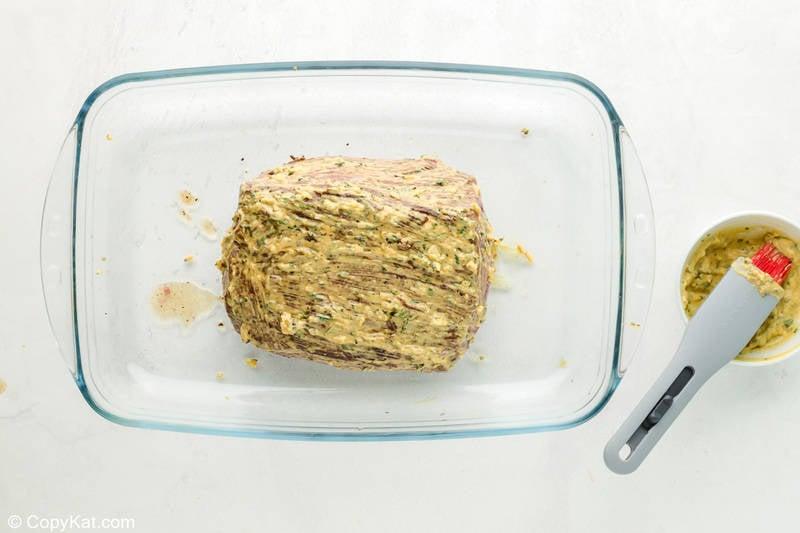 New York Strip Roast condimentado con hierbas en una fuente para hornear antes de cocinar