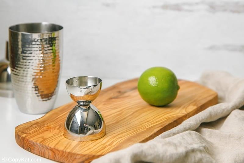 jugo de lima en un aparejo