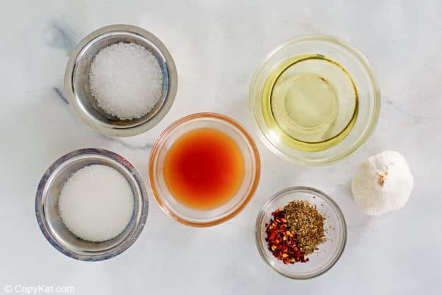 Ingredientes de aderezo italiano casero en tazones separados