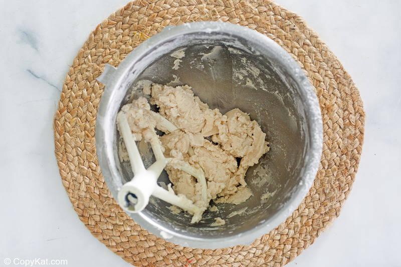 Masa de corteza de tarta de manzana a la antigua en un tazón para mezclar