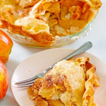 Tarta de manzana a la antigua y una rebanada en un plato