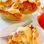 una rebanada de tarta de manzana a la antigua frente a la tarta
