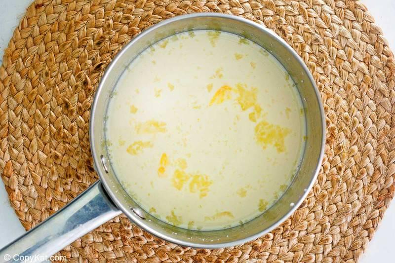 mezcla de pudín de tapioca en una sartén