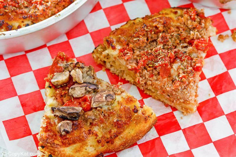 Dos rebanadas de pizza casera de plato hondo Uno con salchicha