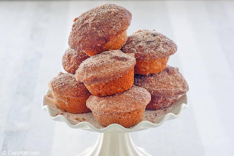 muffins de donas apilados en un pequeño soporte para pasteles