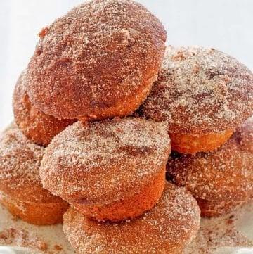 una pila de muffins de rosquilla