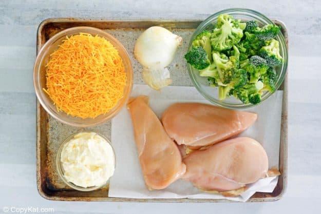 Ingredientes de la cazuela de divan de pollo ceto en una bandeja para hornear
