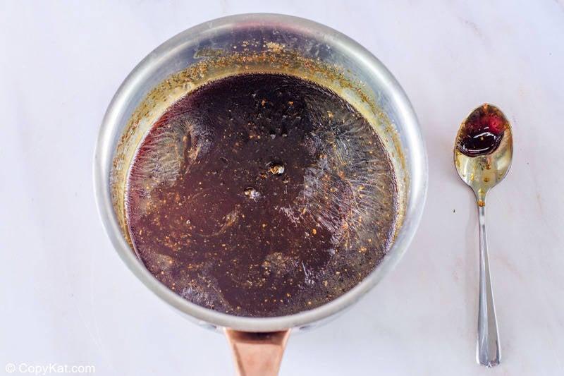 glaseado de soja y jengibre cocido y enfriado en una sartén